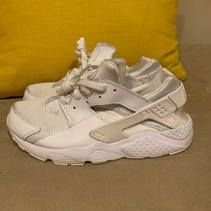 Girls Nike Hurrache sneakers. Good condition.
